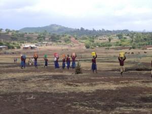 KILIMA TEMBO : corvée d'eau avant la construction du réservoir